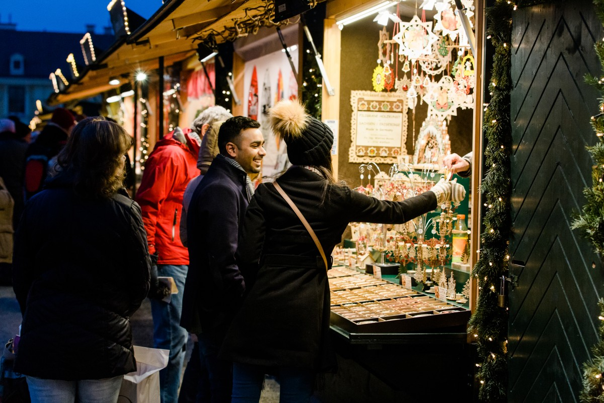 Christmas Market Proposal | The Most Romantic Christmas Proposal Ideas