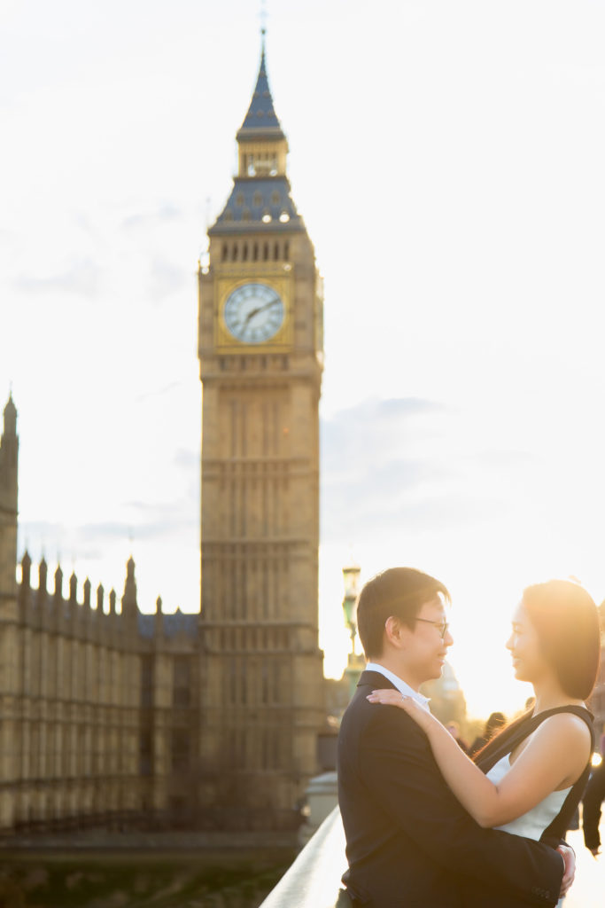 couple in love next to big ben